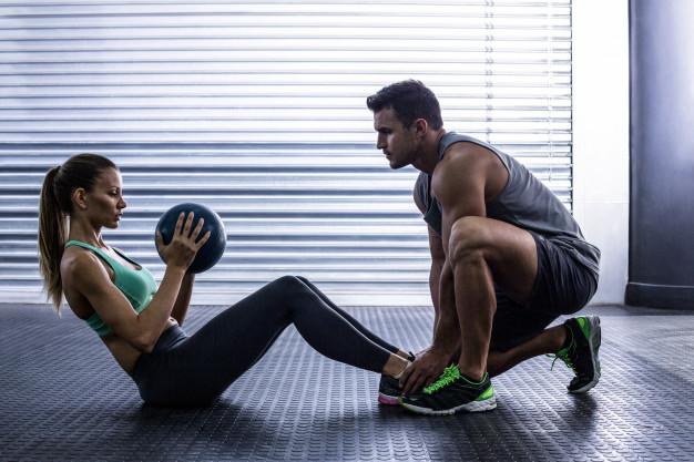 Pareja de novios haciendo ejercicio