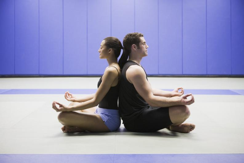 Pareja meditando para alcanzar paz