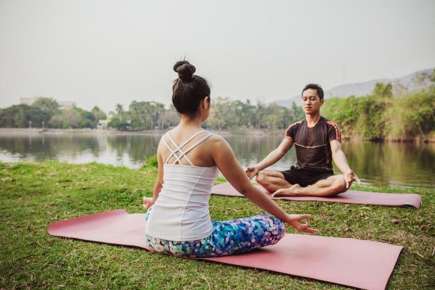 Parejas meditando con Yoga