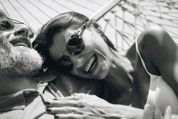 Fotos en blanco y negro de parejas en la playa